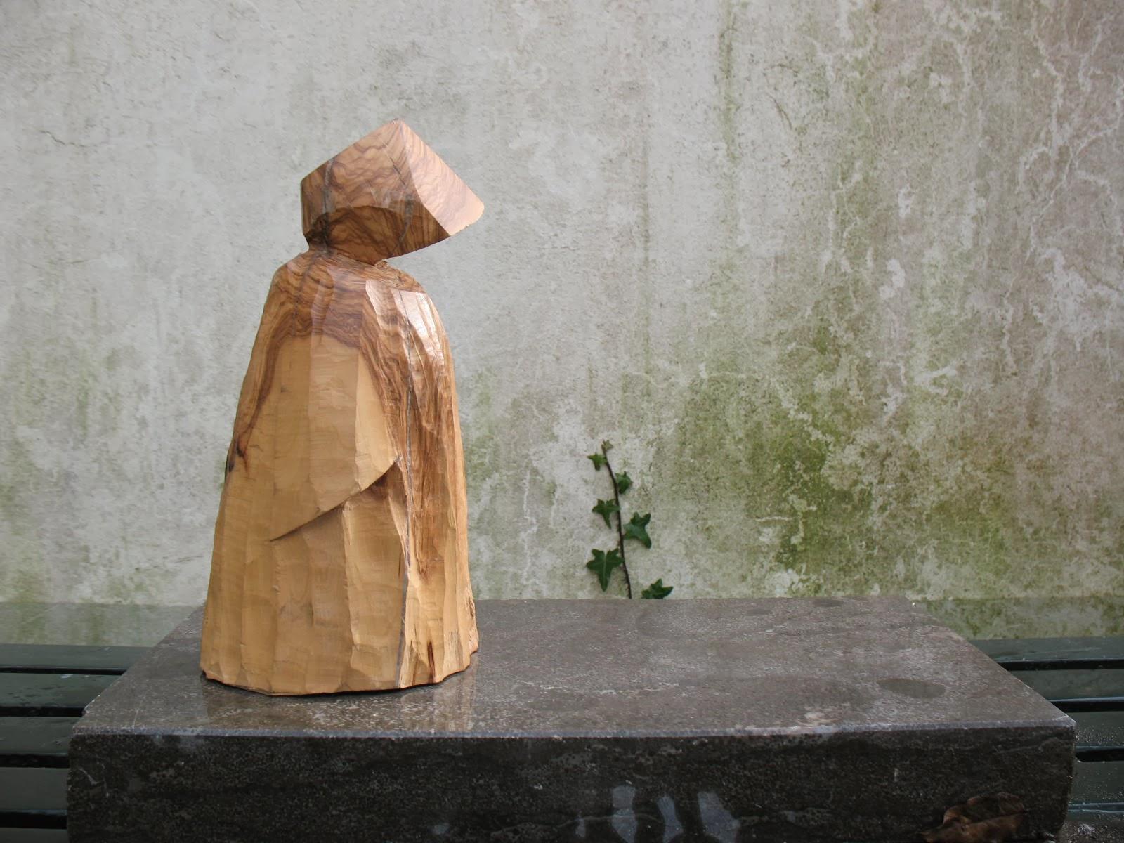 Beeld van olijvenhout getiteld Monnik uit 2012