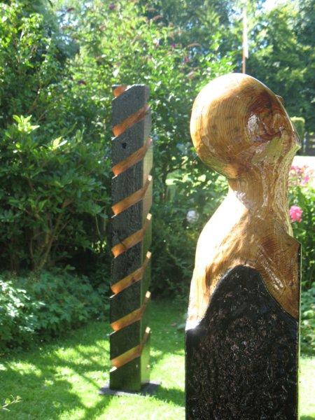 Detail Beeld uit molenhout getiteld Molenkijkers uit 2012, geïnspireerd op de molen de Zandhaas in Santpoort-Noord